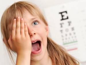 Почему ребенок часто моргает глазами — возможные причины