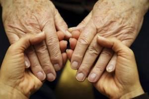 Тремор рук у пожилых людей: причины и лечение болезни дрожания конечностей в старческом возрасте